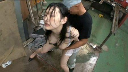 工場見学に来た社長秘書が作業員にレイプされる 画像