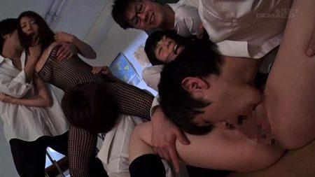 不良グループがJKと母親を放課後の教室で親子丼レイプする 画像