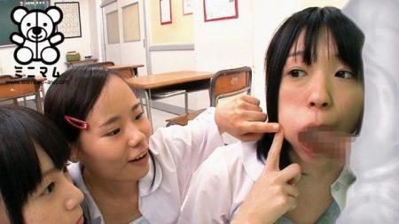 女子校に潜入した透明人間が授業中のJCをレイプする 画像