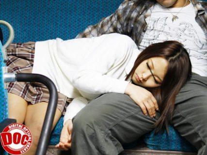 バスで寝ているJDにイタズラしてレイプまでしちゃう変態男がこちらwww