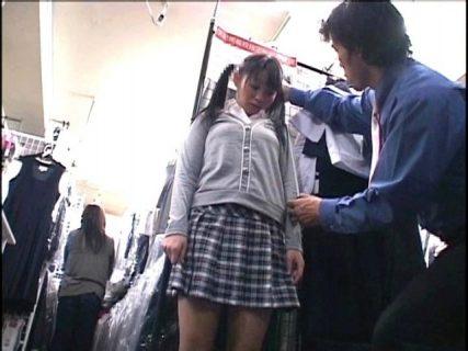 学校指定制服を試着しに来たJSにイタズラしてレイプする 画像