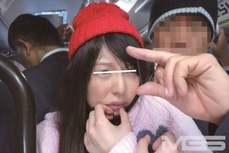 黒ストッキングがエロい女子大生をバスで痴漢レイプする 画像