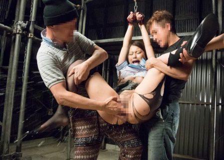 監禁拘束されたJKがセーラー服を引き裂かれ輪姦レイプされる 画像