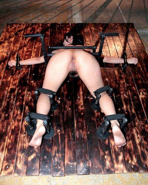 阿部乃みく 鉄パイプで人体固定されたJDが恥ずかしいアナル丸出しで中出しレイプされる!