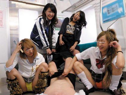 丸山れおな ヤンキー女子校生が電車でサラリーマンを逆レイプする 画像
