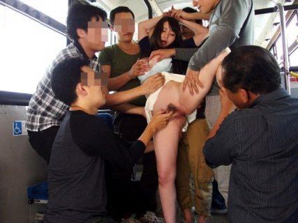夢乃あいか 痴漢願望のある巨乳女子大生がバスで集団レイプされる 画像
