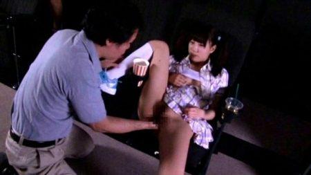 JSのファザコン娘が薄暗い映画館で父親に近親相姦レイプされる 画像