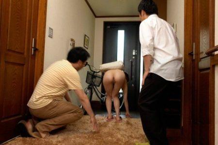 奥田咲 全裸の巨乳家庭教師が興奮した教え子の父に襲われる 画像
