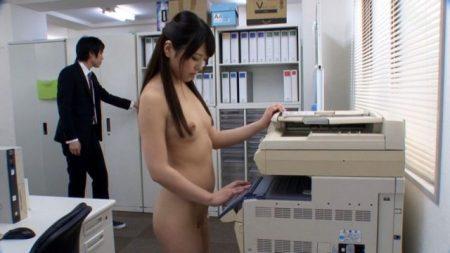 倉木しおり ミスしたOLが謝罪させられ全裸で勤務を命じられる 画像
