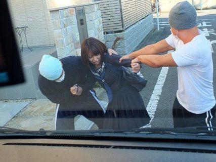 下校中のJKが車で拉致されて男二人に好き勝手に犯されまくる 画像
