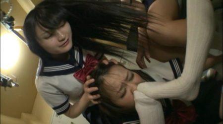 女子校のJKが集団イジメに遭い蒸れた上履きと足の匂いを嗅がされる 画像