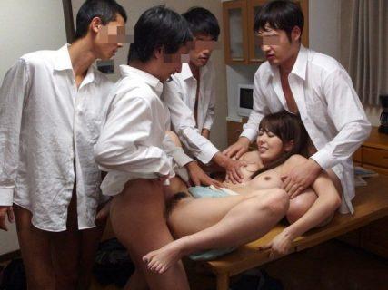 波多野結衣 生徒に自宅を乗っ取られた女教師が輪姦レイプされる 画像