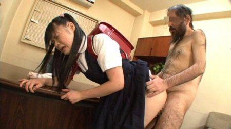 愛音麻友 ロリJSがキモメンの校長先生を誘惑して濃厚セックスする 画像