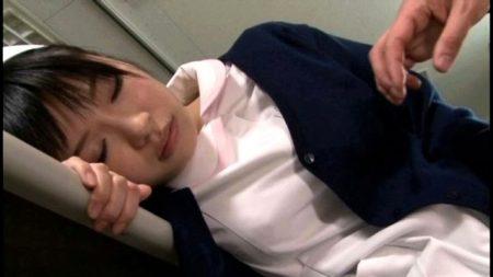 夜勤中に居眠りしている看護婦が患者に襲われ夜這いレイプされる 画像