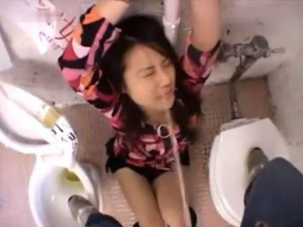 トイレで手足を縛られた美人ギャルが男たちのおしっこを飲まされ肉便器化 画像