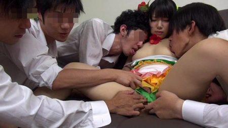 愛須心亜 コスプレ美少女が乱交セックスでパイパンマンコに中出しされる 画像