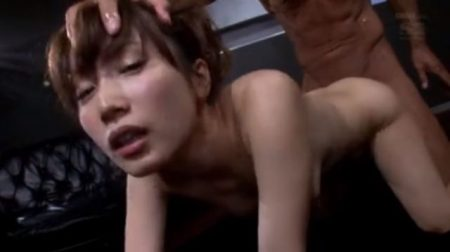 小島みなみ 美少女が頭を鷲掴みにされバックから激しくガン突きされるwww 画像