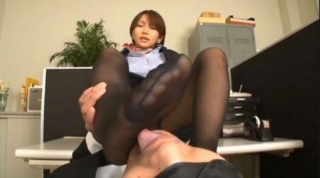 美人CAが説教中にチンポをおっ立てちゃうドМ部下に足を舐めさせ前立腺マッサージでイカせるwww 画像