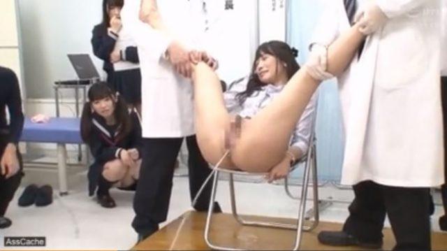 羞恥!女子校生がアナル検診で浣腸され盛大に肛門からぶちまける動画