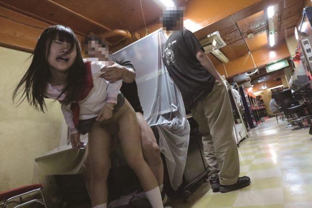 星奈あい ゲーセンでバイト中の女子校生が痴漢魔に襲われレイプされちゃう動画