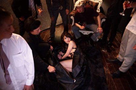 相沢みなみ 監禁拘束された社長令嬢がセレブ調教パーティーの生贄にされる動画 画像
