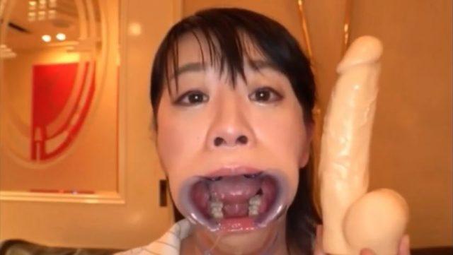 開口具を付けられた美女がディルドで喉奥レイプされるwww