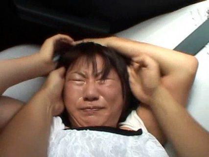 友達とタクシーで帰宅中の女子大生が強姦魔に襲われ中出しヤリ捨てレイプされるwww 画像