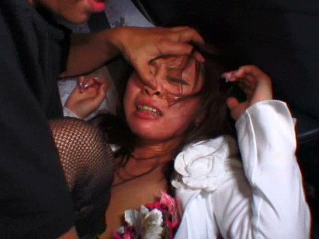 タクシーで寝ていたOLが強姦魔に襲われ中出しヤリ捨てレイプされるwww 画像