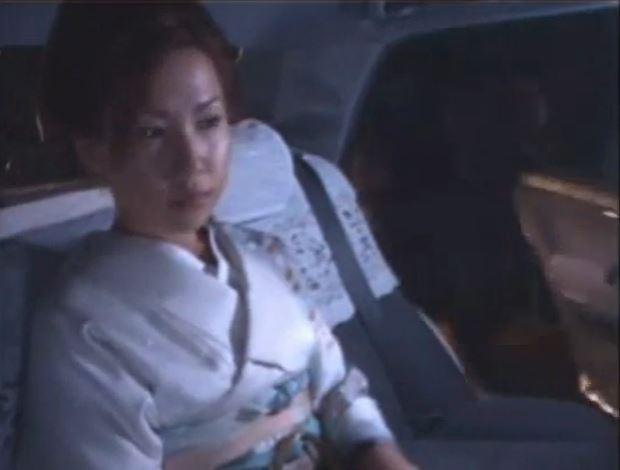 タクシーに乗って仕事に向かう途中のスナックママが強姦魔に襲われ中出しヤリ捨てレイプされるwww