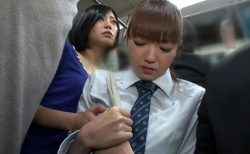 レズ女に痴漢された女子校生が満員電車でマンコを執拗に責められる動画 画像