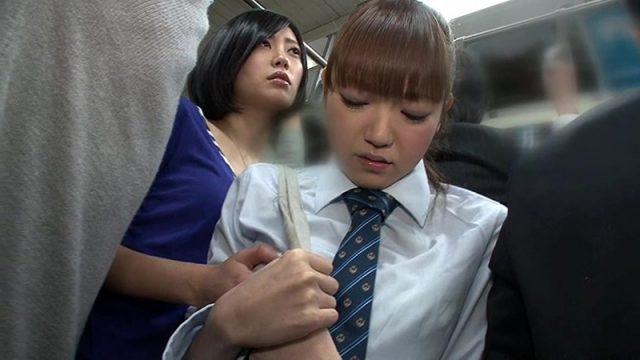 レズ女に痴漢された女子校生が満員電車でマンコを執拗に責められる動画
