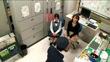 キセルして母親を呼び出された女子校生が駅員に親子丼レイプされる動画 画像
