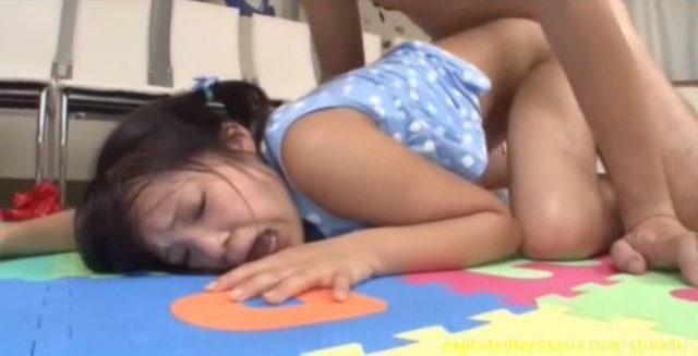 ロリ美少女がオッサンのチンポ奉仕をさせられパイパンマンコにチンポもハメられちゃうwww 画像