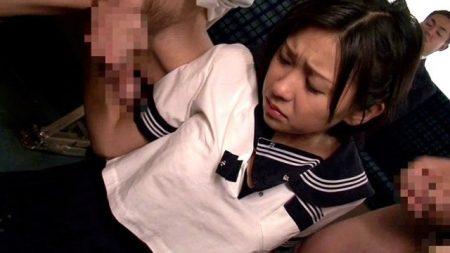 小倉奈々 強姦魔だらけの通学バスで女子校生が臭いチンポを奉仕させられる動画 画像