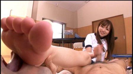 麻倉憂 ブルマ女子校生がM男子に足を舐めさせながら手コキしちゃう動画 画像