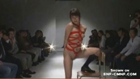 女子校生がファッションショーで恥ずかしい姿を写真に撮られちゃうwww 画像