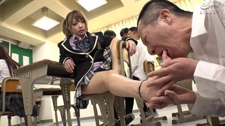 麻里梨夏 超金持ちのドS女子校生がクラスの男子に足を舐めさせちゃう動画 画像