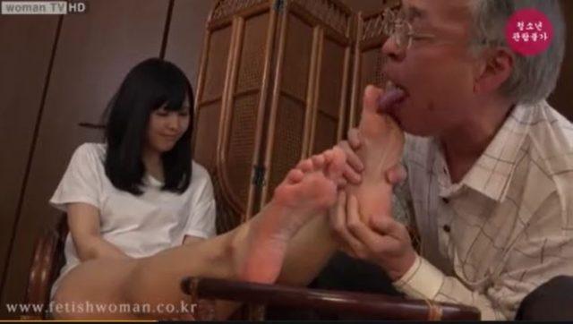キモ親父に足をしゃぶられた女子大生が恥ずかしそうに感じちゃうwww