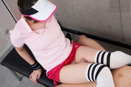 橋本ありな テニス部JKが顧問の先生を誘惑して足コキでイカせちゃう動画 画像
