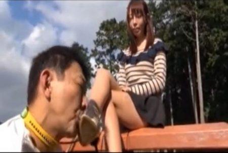 ドSなお姉さんがM男を野外調教して靴ごと足を舐めさせちゃうwww 画像