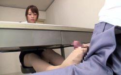 留置場でオナニーも出来ない犯罪者が女弁護士に足コキでイカされちゃう動画 画像