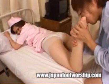 美人ナースが入院患者に襲われ足舐めレイプされる動画 画像