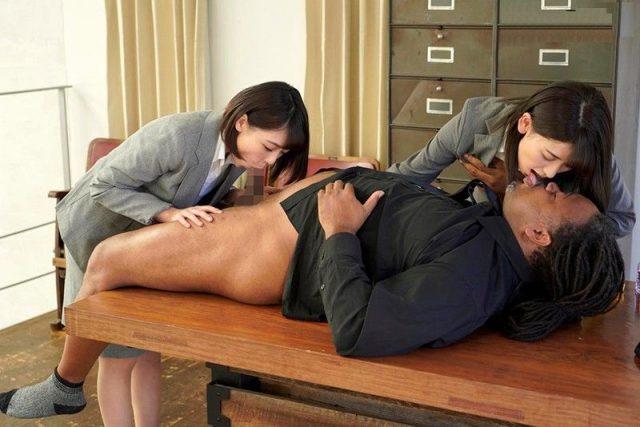 紳士服のふぇらやまで女性従業員が男性客のチンポをフェラしてマンコもハメさせちゃう動画