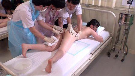 看護学校の実習生が羞恥実習で丸出しにされたアナルをタオルで拭かれちゃう動画 画像