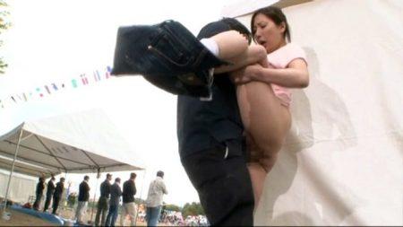 子供の運動会を観戦していた人妻が父兄の勃起チンポに興奮して運動場でセックスしちゃう動画