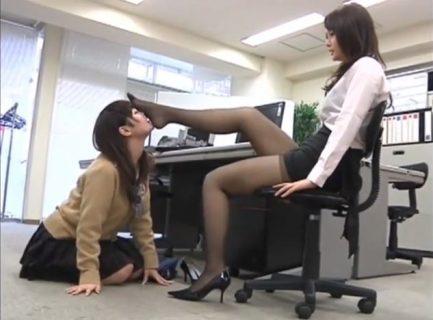 レズの女教師が教え子の女子校生に足の匂いを嗅がせて足指まで舐めさせて調教しちゃうwww 画像