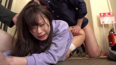 学校帰りに声を掛けられた少女が強姦魔にマンションの踊り場で輪姦レイプされる動画 画像