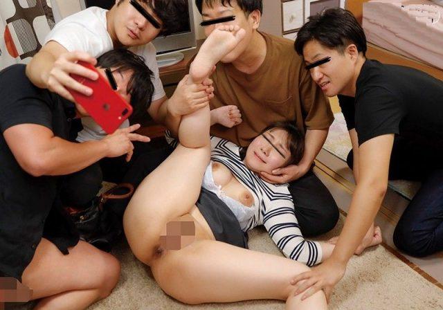 自宅に押し入られた美女が抵抗を諦めるまで中出し輪姦レイプされる動画 画像