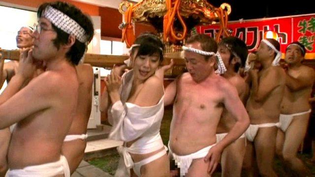 麻美ゆま お祭り女がセクハラされて宴会でほろ酔い乱交セックスしちゃう動画 画像