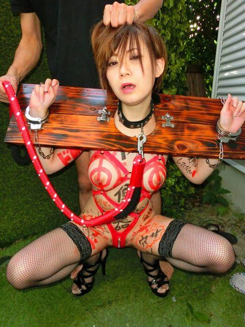 綾波優子 巨乳のマゾ女がギロチン拘束されてザーメン便所にさせられる動画 画像